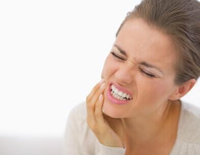 Bruxismo o apretamiento de los dientes: molestias en musculatura de la cara.